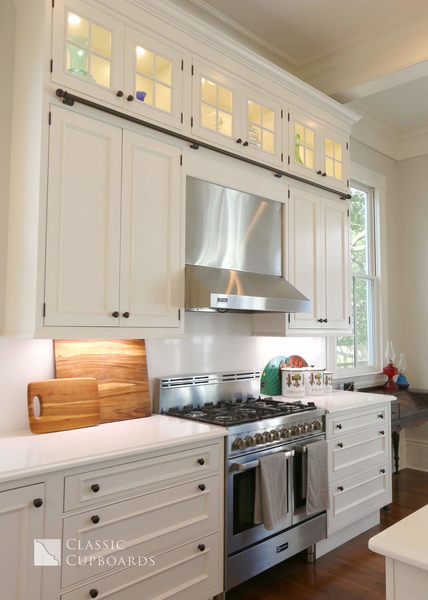 Traditional Kitchen stove and cabinets